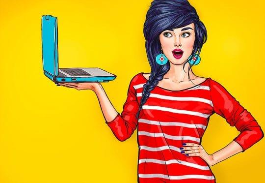 Femme avec ordinateur portable à la main